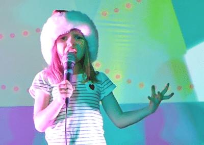 vogeljoy Sophie singin at Christmas